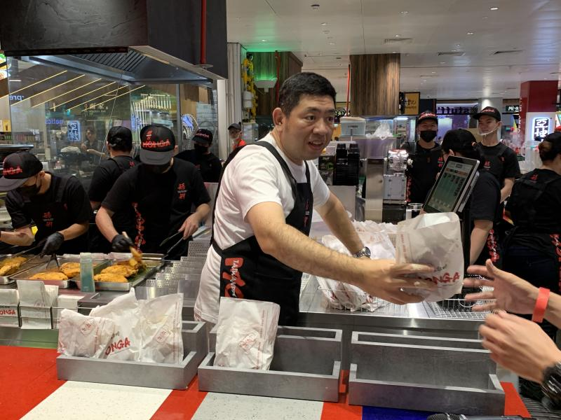 Taiwanese comedian and Monga founder, Nono, handing out chicken fillets at Monga Fried Chicken at JEM mall in Singapore on 27 Sept 2019. (Photo: Teng Yong Ping/Yahoo Lifestyle Singapore)