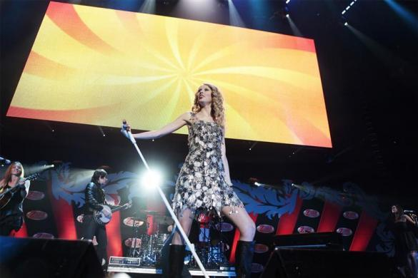 Singer Taylor Swift performs during the Z100 Jingle Ball in New York December 11, 2009.