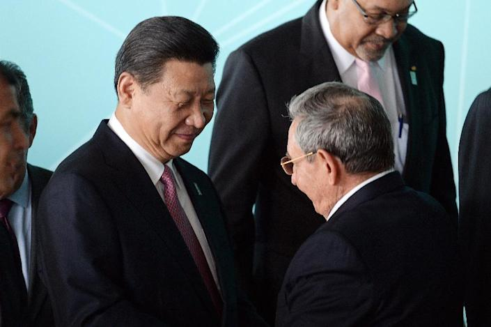 China's President Xi Jinping (L) chats with Cuba's President Raul Castro at Itamaraty Palace in Brasilia, on July 17, 2014 (AFP Photo/Evaristo Sa)