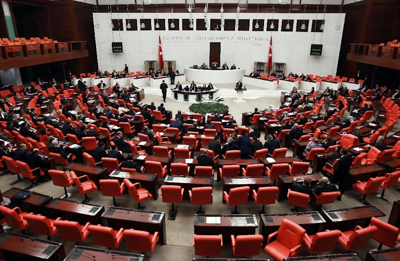 Turkish lawmakers take part in a debate on a new draft constitution aimed at expanding the powers of the presidency, at the Turkish parliament in Ankara on January 9, 2017 (AFP Photo/Adem ALTAN)