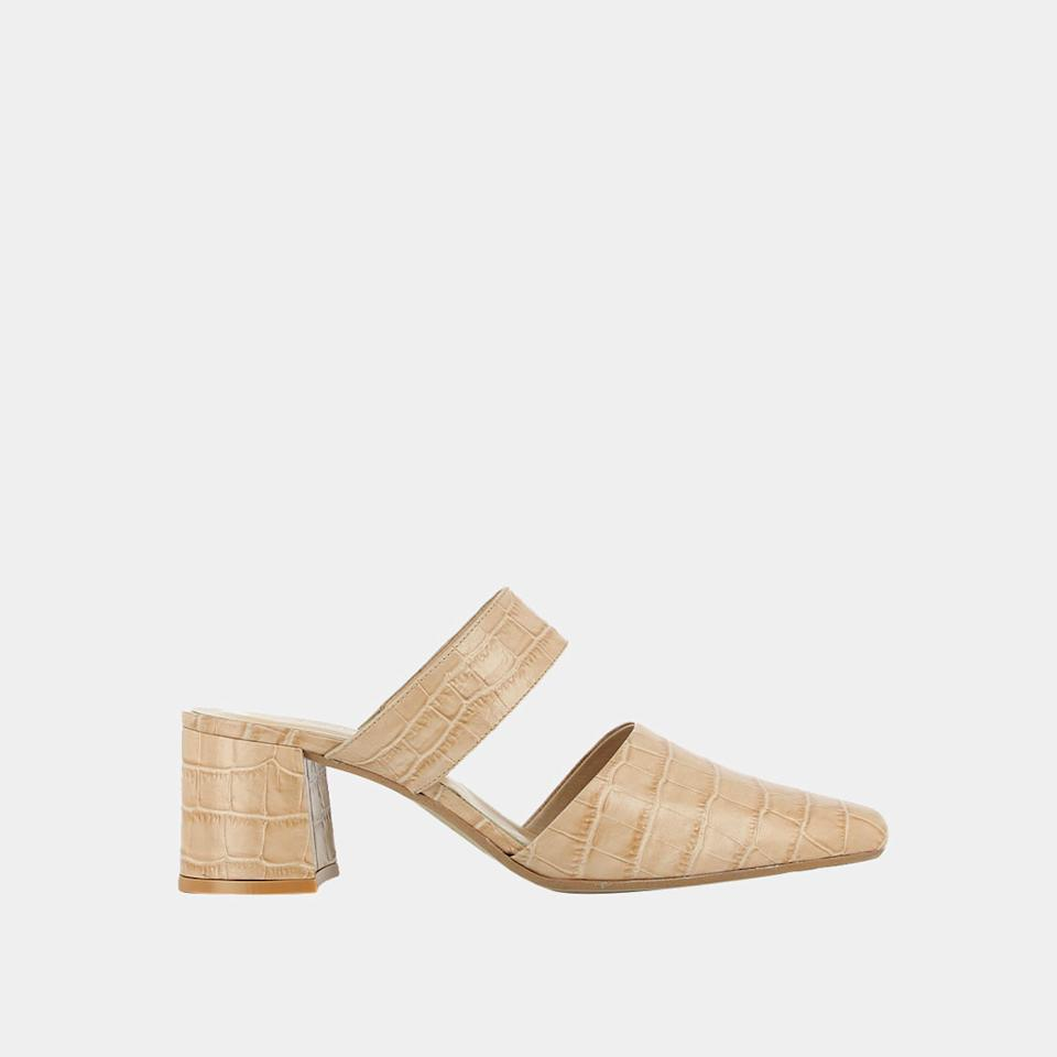 """<p>Prix : 57,50 euros</p><br/><a target=""""_blank"""" href=""""https://www.jonak.fr/collection/chaussures/mules/mules-a-talon-et-a-bride/5847/n10/d4/s/p/c/b/e.html"""">Acheter</a>"""