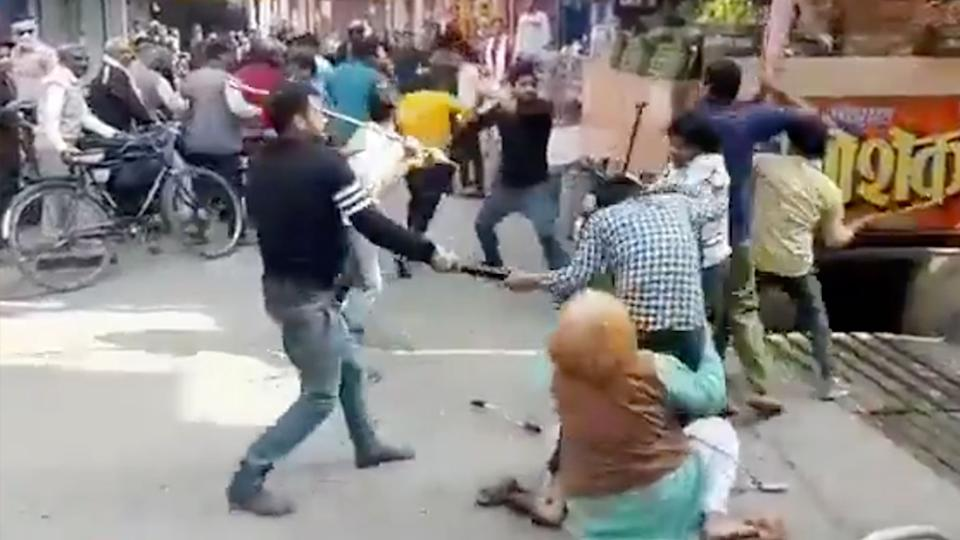 A violent fight broke out among shopkeepers, the dispute was allegedly over customers. Source: Twitter/@AradhyaVerma15