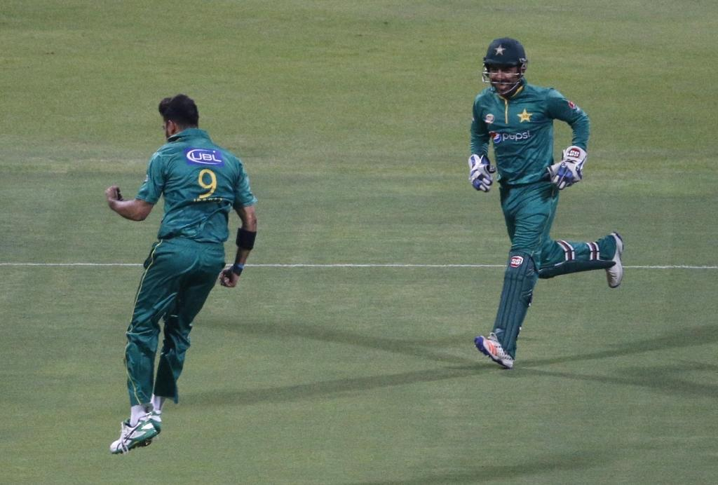 Pakistan's bowler Imad Wasim (L) celebrates with his teammate Sarfraz Ahmed after bolwing out West Indies' Johnson Charles on September 27, 2016 (AFP Photo/Karim Sahib)