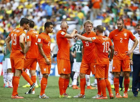 The Netherlands team takes a water break during their 2014 World Cup round of 16 game against Mexico at the Castelao arena in Fortaleza June 29, 2014. REUTERS/Dominic Ebenbichler