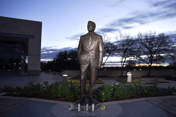 Mourners from the previous night laid flowers at the statue of former President George H.W. Bush outside the Bush Presidential Library and Museum, a day after the 41st president of the United States died, in College Station, Texas, Dec. 1. (Photo: Sergio Flores/Reuters)