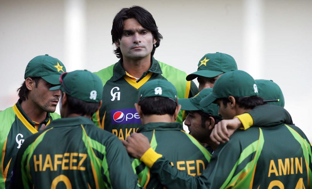 Pakistan bowler Muhammad Irfan (C) stands above his teammates during the opening game of the two match T20 series between Pakistan and host Zimbabwe at the Harare Sports Club August 23, 2013.   AFP PHOTO / JEKESAI NJIKIZANA