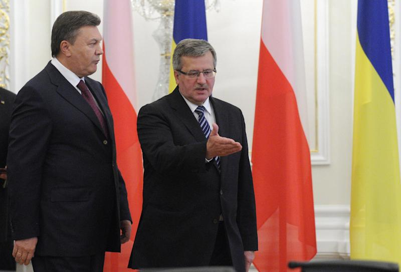 Ukraine's President Viktor Yanukovych, left, and Polish counterpart Bronislaw Komorowski attend an official meeting in the Presidential office in Kiev, Ukraine, Thursday, Sept. 20, 2012. (AP Photo/Sergei Chuzavkov)