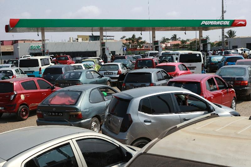 These Angolan drivers in Luanda lined up their cars for fuel during the last major fuel shortage in December 2017