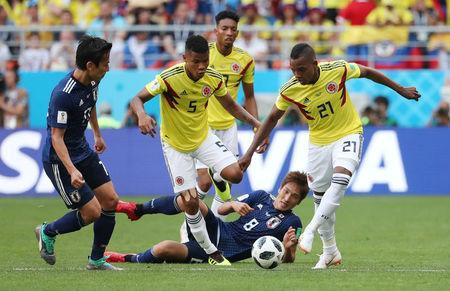 Soccer Football - World Cup - Group H - Colombia vs Japan - Mordovia Arena, Saransk, Russia - June 19, 2018 Colombia's Jose Izquierdo and Wilmar Barrios in action with Japan's Genki Haraguchi REUTERS/Ricardo Moraes
