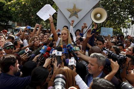 Lilian Tintori (C), wife of jailed Venezuelan opposition leader Leopoldo Lopez, holds a letter by her husband as she speaks during a news conference in Caracas September 11, 2015. REUTERS/Carlos Garcia Rawlins