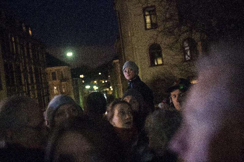 People gather as Norwegian Muslims create a human peace ring around a synagogue in Oslo, Norway, on February 21, 2015 (AFP Photo/Fredrik Varfjell)