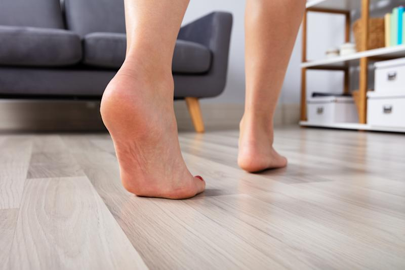Andar descalzo en casa ayudaría a tu pie a recuperar su movimiento natural. Foto: Getty Images