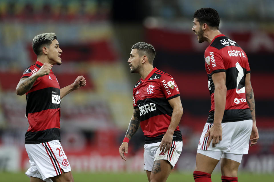 RIO DE JANEIRO, BRAZIL - MAY 19: Gustavo Henrique of Flamengo (L) celebrates with teamamtes after scoring the second goal of his team during a match between Flamengo and LDU as part of Group G of Copa CONMEBOL Libertadores 2021 at Maracana Stadium on May 19, 2021 in Rio de Janeiro, Brazil. (Photo by Silvia Izquierdo-Pool/Getty Images)