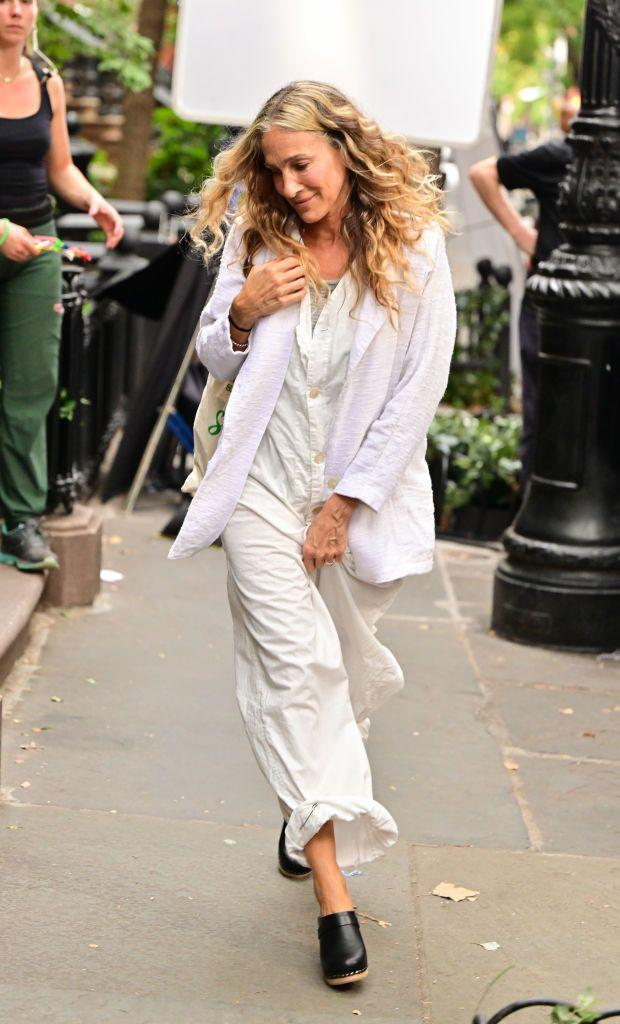 <p>In a comfy summer fit, she wore a linen off-white ensemble paired with Swedish Hasbeens slip-on high-heel clogs.</p>