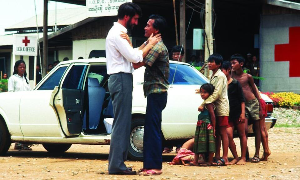 Sam Waterson and Haing S Ngor in The Killing Fields