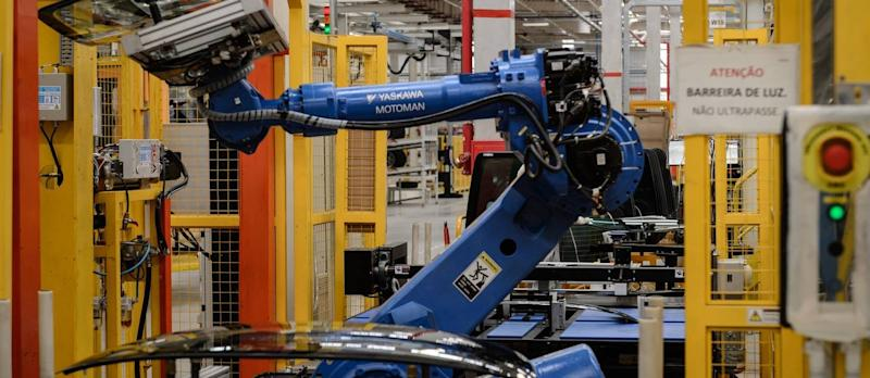 86226974_A robot arm carries a glass part in the assembly line of the March and Versa models at Niss.jpg