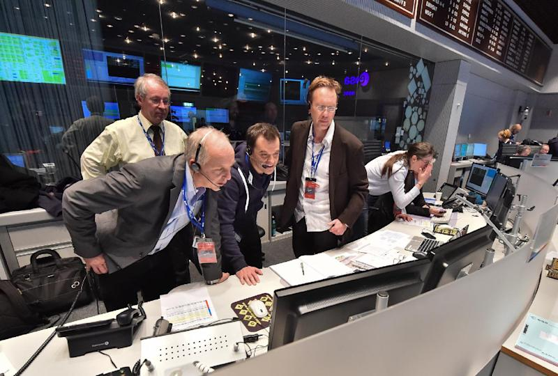 A photo released by the European Space Agency (ESA) on November 12, 2014 shows ESA staff at mission control in Darmstadt, Germany, as separation of the Philae lander from ESA Rosetta orbiter is confirmed (AFP Photo/J.Mai)