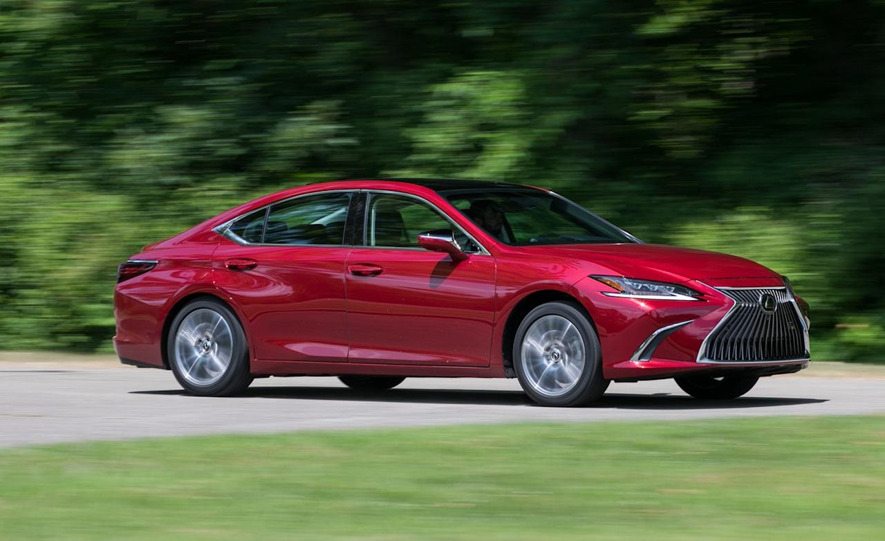 <p>The ES wears the least flagrant version of Lexus's latest styling language, and it looks <em>good</em>. It also appears large and imposing, with a wonderfully elongated form.</p>
