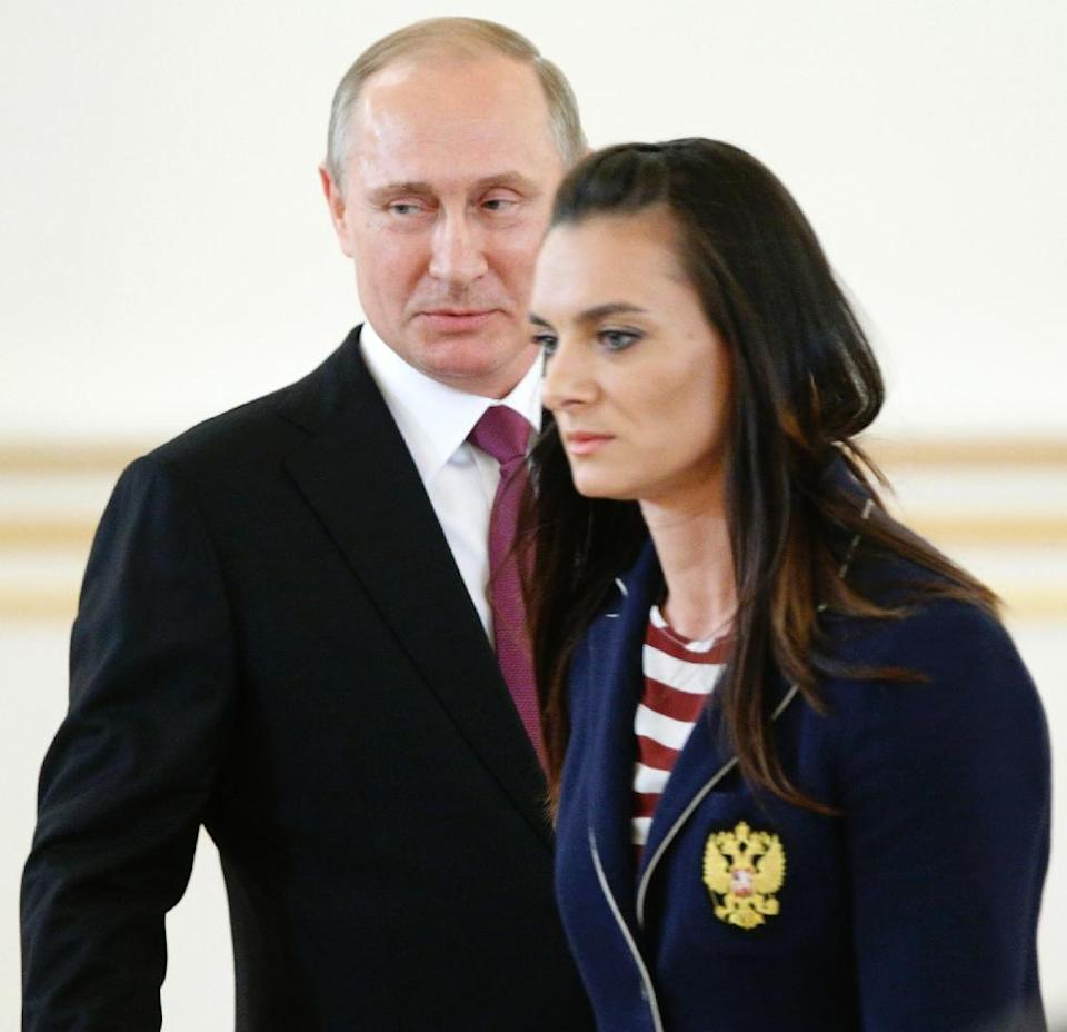 Yelena Isinbayeva passes Russian President Vladimir Putin during a reception in honour of the Russian Olympic team in Moscow on July 27, 2016 (AFP Photo/Alexander Zemlianichenko)