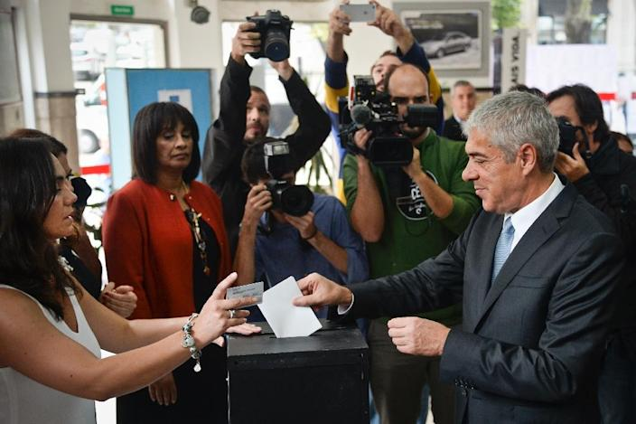 Portugal's former Socialist Prime Minister Jose Socrates, under house arrest as part of an inquiry into tax fraud, corruption and money laundering, casts his vote at a polling station in Lisbon on October 4, 2015 (AFP Photo/Patricia de Melo Moreira)