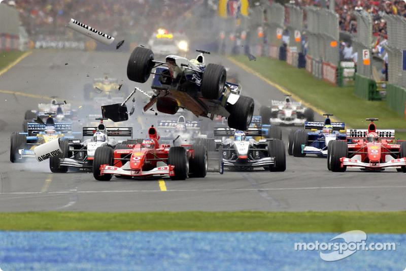 "El accidente de la primera curva entre Rubens Barrichello y Ralf Schumacher<span class=""copyright"">Ferrari Media Center</span>"