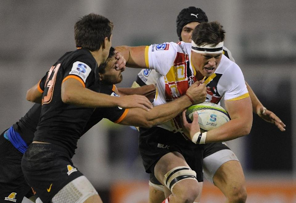 Southern Kings' Shane Gates fights off Jaguares' Santiago Garcia during their Super Rugby match at the Jose Amalfitani stadium in Buenos Aires, Argentina on April 30, 2016 (AFP Photo/Alejandro Pagni)