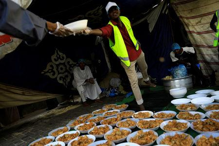 Sudanese volunteers prepare meals for protesters during the Muslim fasting month of Ramadan in front of  the defense ministry compound in Khartoum, Sudan, May 7, 2019. REUTERS/Umit Bektas