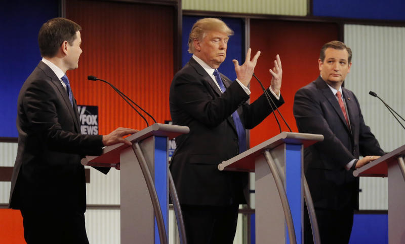 Republican U.S. presidential candidate Donald Trump shows off the size of his hands as rivals Marco Rubio (L) and Ted Cruz (R) look on at the start of the U.S. Republican presidential candidates debate in Detroit, Michigan, March 3, 2016. REUTERS/Jim Young