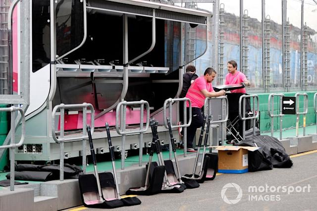 "El personal de Racing Point empaca el equipo en el pitwall <span class=""copyright"">Andy Hone / Motorsport Images</span>"