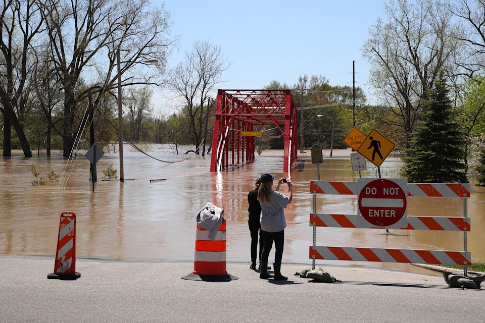 Residents inspect the floodwaters flowing from the Tittabawassee River into the lower part of downtown on May 20, 2020 in Midland, Michigan. (Gregory Shamus/Getty Images)