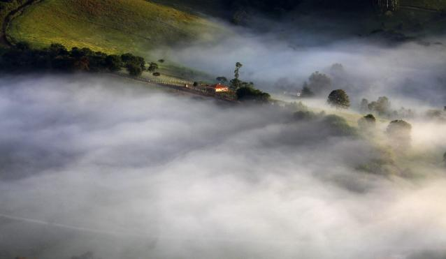 Fog sourrounds a farm in the mountains in Goncalves, in the state of Minas Gerais in southwestern Brazil, April 18, 2014. REUTERS/Paulo Whitaker (BRAZIL - Tags: ENVIRONMENT TPX IMAGES OF THE DAY)