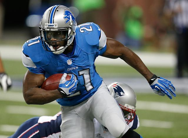DETROIT, MI - AUGUST 22: Reggie Bush #21 of the Detroit Lions looks to get around the tackle of Stevan Ridley #22 of the New England Patriots during a first quarter run during a pre season game at Ford Field on August 22, 2013 in Detroit, Michigan. (Photo by Gregory Shamus/Getty Images)