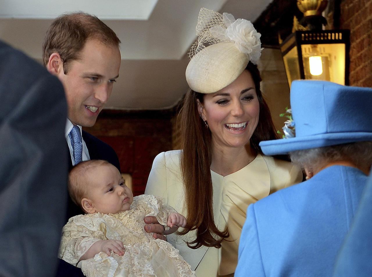 Britain's Prince William carries his son Prince George, as he arrives with his wife Catherine, Duchess of Cambridge for their son's christening at St James's Palace in London October 23, 2013. REUTERS/John Stillwell/pool (BRITAIN - Tags: ROYALS ENTERTAINMENT SOCIETY)