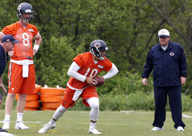 Mike Glennon (left) watches as Mitchell Trubisky looks to pass during a Bears workout. (AP)