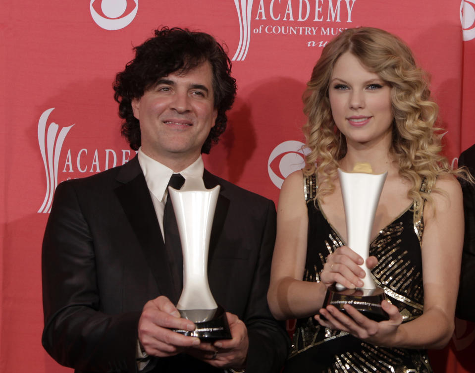 """FILE - In this April 5, 2009 file photo, producer Scott Borchetta, left, and Taylor Swift pose with the Album of the Year award at the 44th Annual Academy of Country Music Awards in Las Vegas. Producer Nathan Chapman also received the award. Swift's mentor and record executive Borchetta will join """"American Idol"""" when the show returns in January 2015. (AP Photo/Jae C. Hong, File)"""