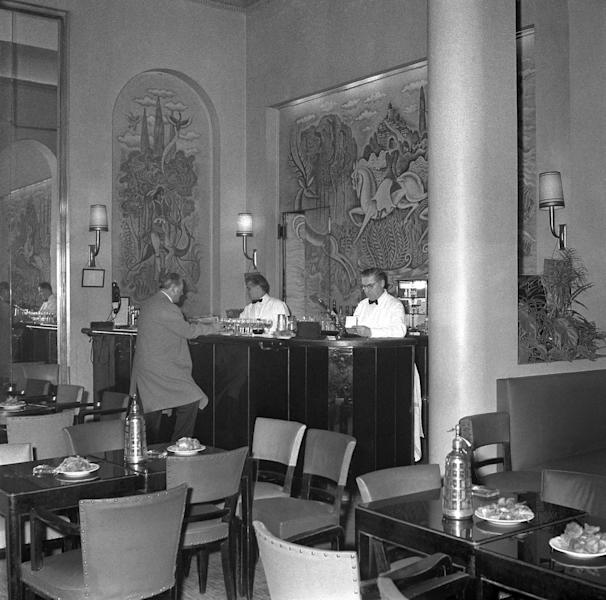 The bar of the Ritz Hotel in Paris, pictured in January 1961 (AFP Photo/)