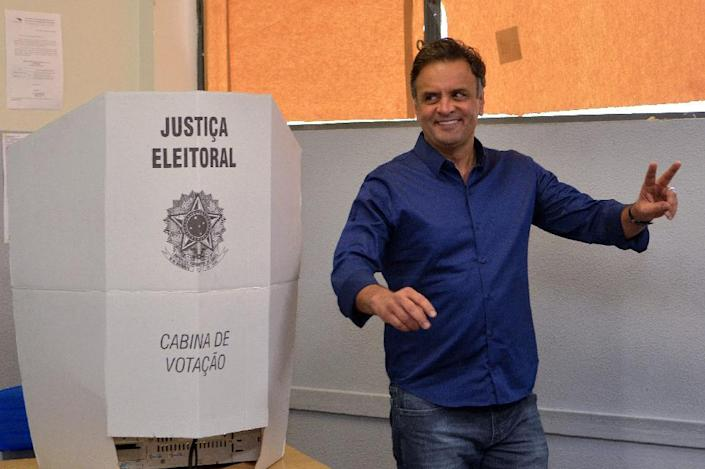 Presidential candidate for the Brazilian Social Democracy Party (PSDB) Aecio Neves casts his vote at a polling station in Belo Horizonte, state of Minas Gerais, Brazil on October 5, 2014 (AFP Photo/Douglas Magno)