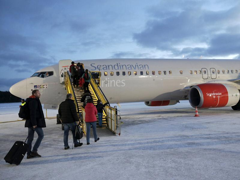 FILE PHOTO: People board an SAS aircraft at Kiruna airport in Sweden, December 16, 2015. REUTERS/Ints Kalnins/File Photo