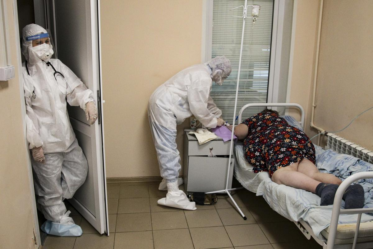 Image Russian COVID spike persists, setting new death record - Yahoo News