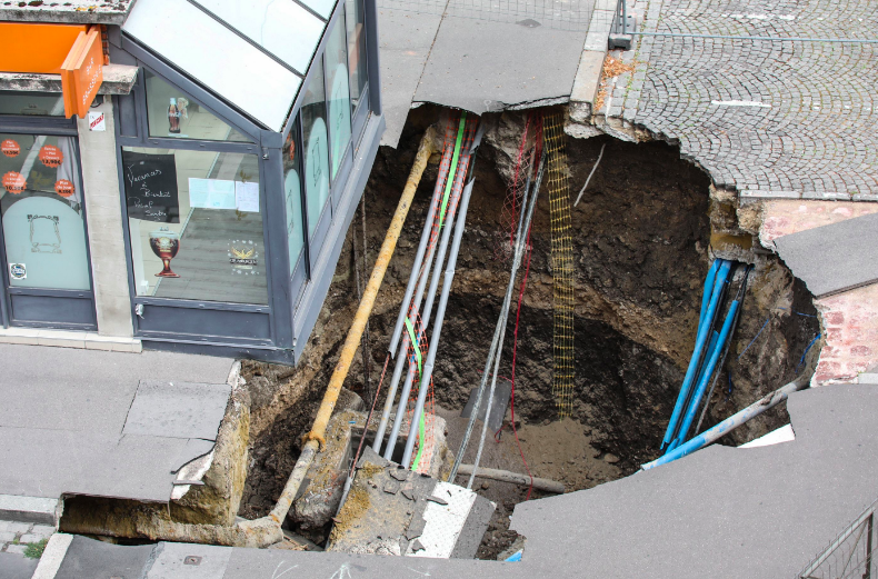 The pub perches precariously over the huge sinkhole in Amiens. (GETTY)
