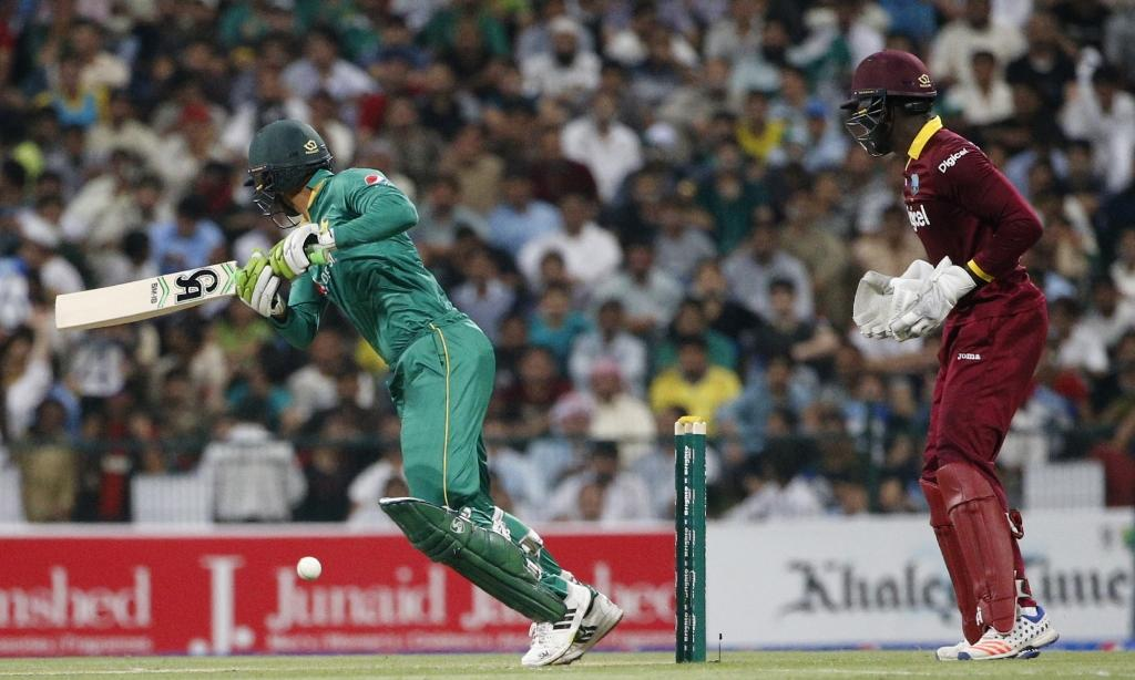 Pakistan's batsman Shoaib Malik (L) hits the ball as West Indies' wicketkeeper Andre Fletcher fields on September 27, 2016 (AFP Photo/Karim Sahib)