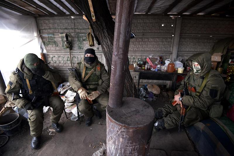 Pro-Russian separatist fighters man a checkpoint near Donetsk, on Febuary 7, 2015 (AFP Photo/Dominique Faget)
