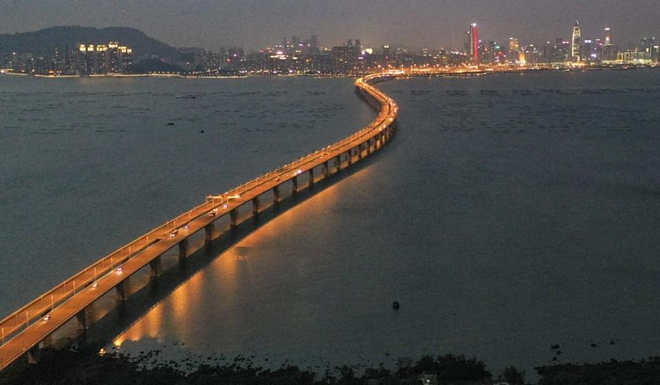 Snapped cable on cross-border Shenzhen Bay Bridge results in closure of two lanes but Hong Kong's highways chief says there are no structural safety issues