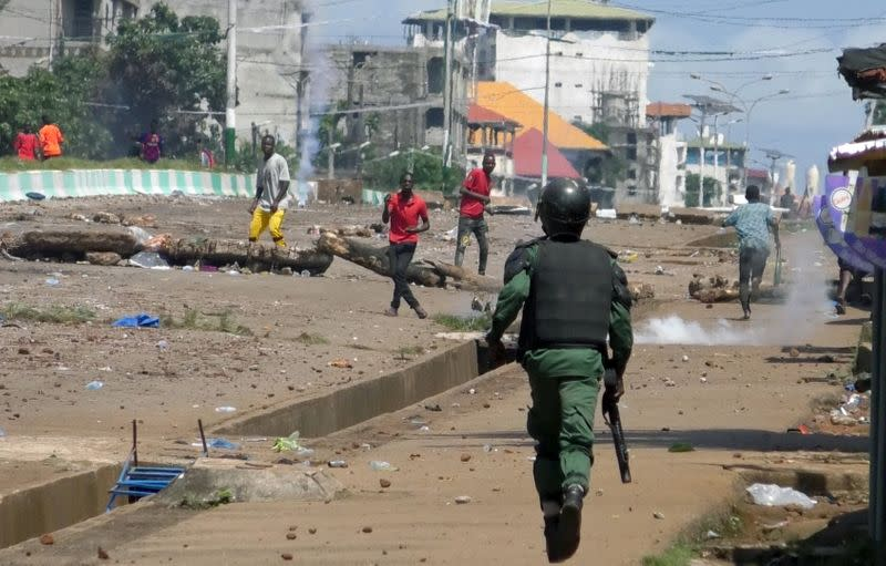 Supporters of opposition leader Cellou Dalein Diallo clash with security forces after election results in Conakry