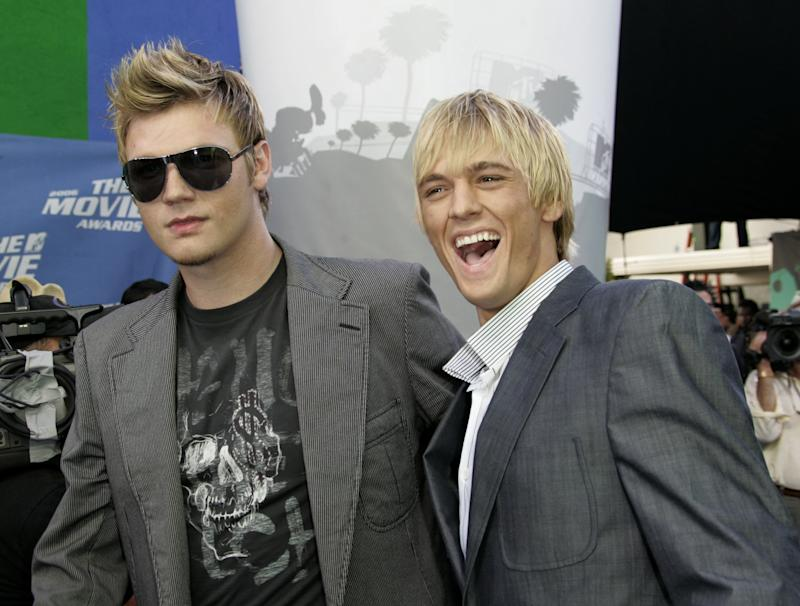 Singers Nick (L) and brother Aaron Carter arrive at the taping of the 2006 MTV Movie Awards in Los Angeles June 3, 2006. REUTERS/Fred Prouser (UNITED STATES)