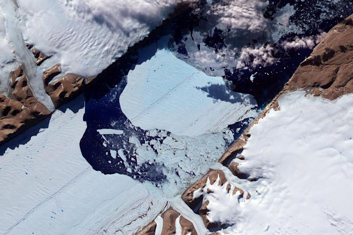 This NASA Earth Observatory image obtained on July 27, 2012, shows a massive ice island as it broke free of the Petermann Glacier in northwestern Greenland (AFP Photo/Jesse Allen and Robert Simmon)