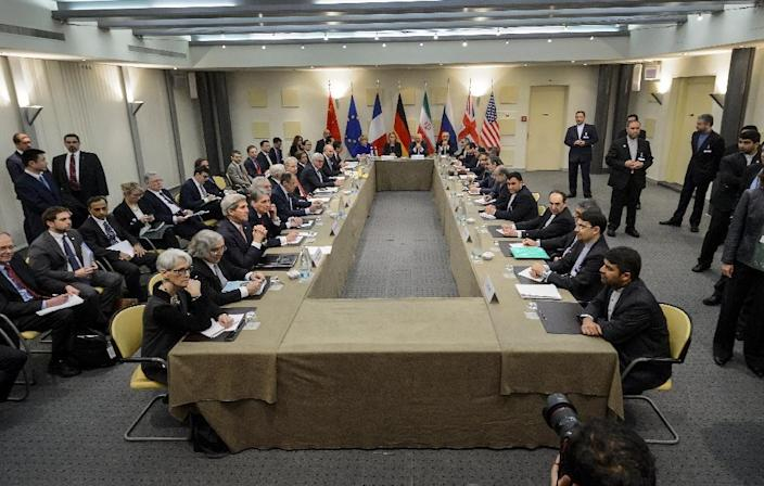 P5+1 European Union officials and Iranian officials wait for the start of a meeting on Iran's nuclear program at the Beau Rivage Palace Hotel in Lausanne on March 30, 2015 (AFP Photo/Fabrice Coffrini)