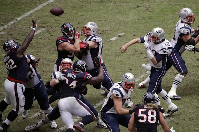 New England Patriots' Tom Brady (12) delivers a touchdown pass to teammate Shane Vereen during the third quarter of an NFL football game Sunday, Dec. 1, 2013, in Houston. (AP Photo/David J. Phillip)
