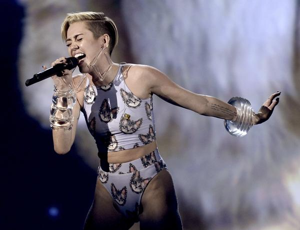 Miley Cyrus Sings 'Wrecking Ball' With a Cat at American Music Awards