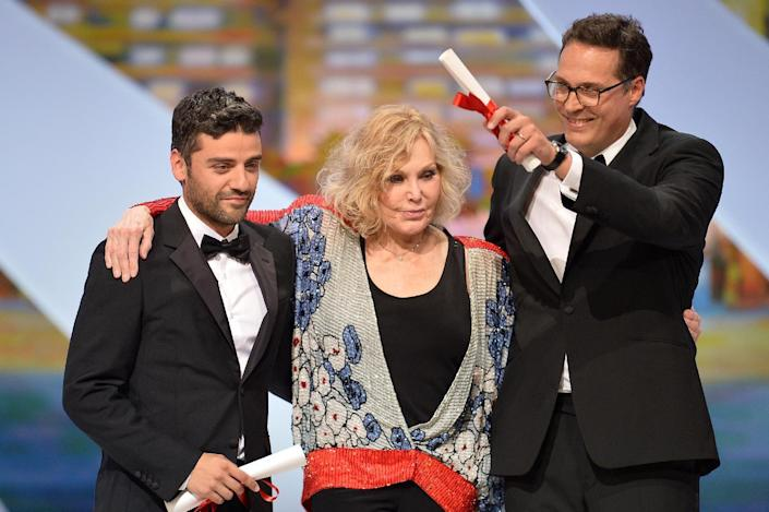 """US actor Oscar Isaac (L) poses on stage on May 26, 2013 with US actress Kim Novak (C) after he received the Grand Prix for the film """"Inside Llewyn Davis"""" on behalf of US directors Joel and Ethan Coen at Cannes film festival (AFP Photo/Alberto Pizzoli)"""